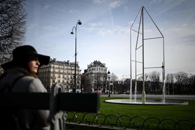 L'eau s'écoule le long dans un mât de 13 mètres de haut dont les bras haubanés clippés de cristal réfléchissent la lumière de Paris.