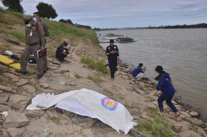 Des secouristes thaïlandais recouvrent un corps découvert dans le fleuve Mékong dans la province de Nakhon Phanom (Thaïlande), le 27 décembre 2018.