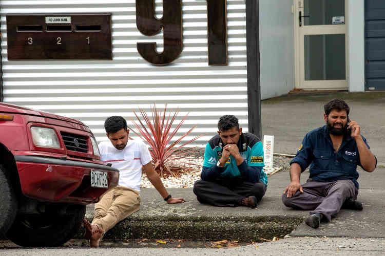 Des rescapés sous le choc après la fusillade, près de la mosquée Al-Noor de Christchurch.