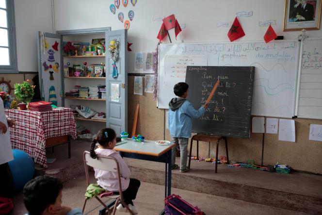 Dans une classe d'une école de Rabat, au Maroc, un élève apprend le français grâce aux paroles d'une comptine, le 31 janvier 2019.