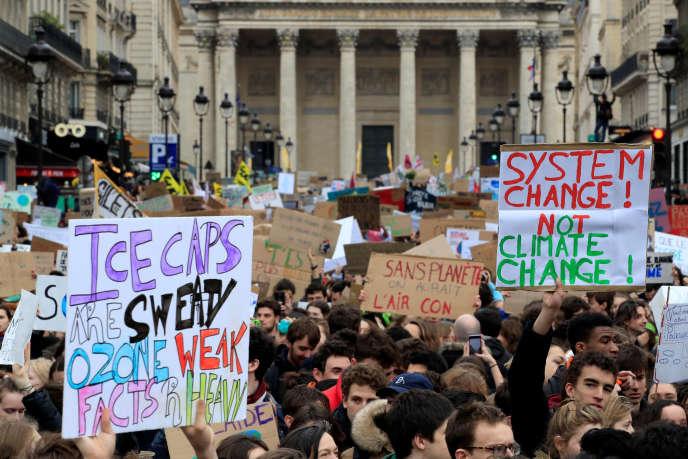 «Nous avons fait confiance aux adultes pour prendre les bonnes décisions et assurer un avenir aux prochaines générations – nous ne connaissons évidemment pas toutes les réponses». Photo: gréve pour le climat, à Paris, le 15 mars.