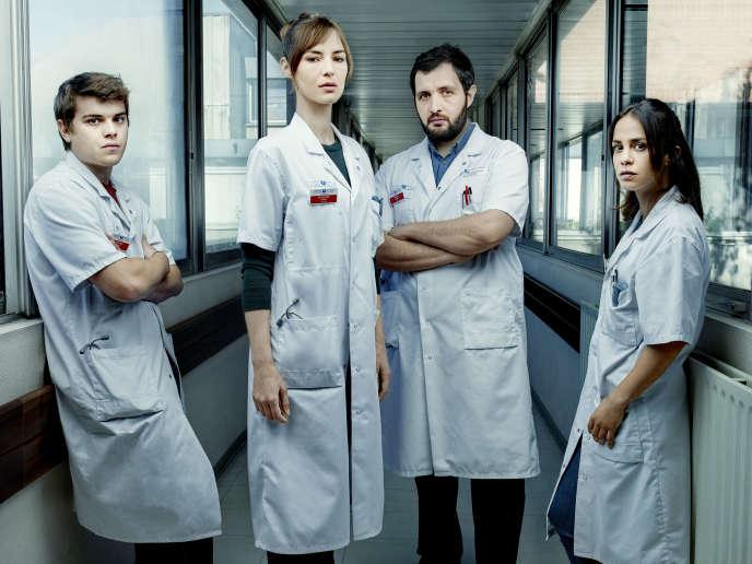 Zacharie Chasseriaud (Hugo Wagner), Louise Bourgoin (Chloé Antovska), Karim Leklou (Arben Bascha) et Alice Belaidi (Alyson Lévèque), dans la série «Hippocrate» (Canal+), créée par Thomas Lilti.
