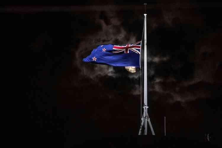 Un drapeau néo-zélandais en berne à côté du Parlement à Wellington, après l'attaque terroriste de Christchurch. AFP / MARTY MELVILLE