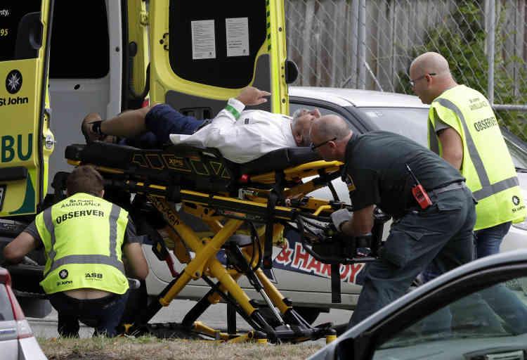 Un blessé est transporté dans une ambulance. Vingt personnes ont été grièvement blessées lors des fusillades, selon le bilan officiel.