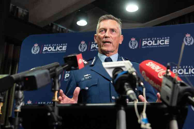 Le commissaire Mike Bush s'est adressé aux médias peu après les attaques.Les forces de l'ordre avaient imposé un bouclage du centre-ville, avant de lever les mesures quelques heures plus tard.