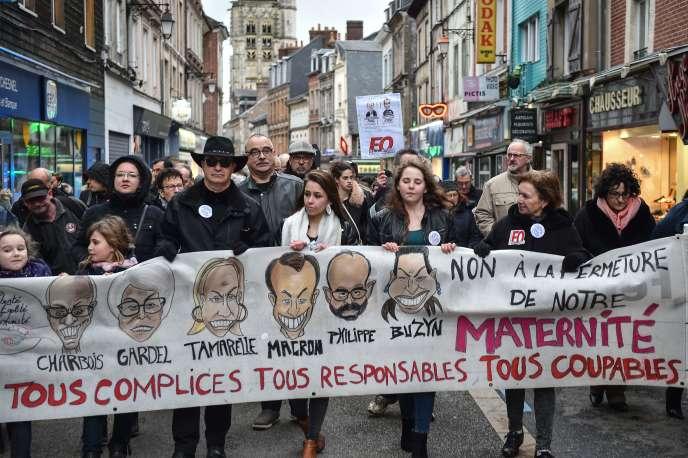 Manifestation contre la fermeture de la maternité de Bernay, dans l'Eure, le 15 mars.