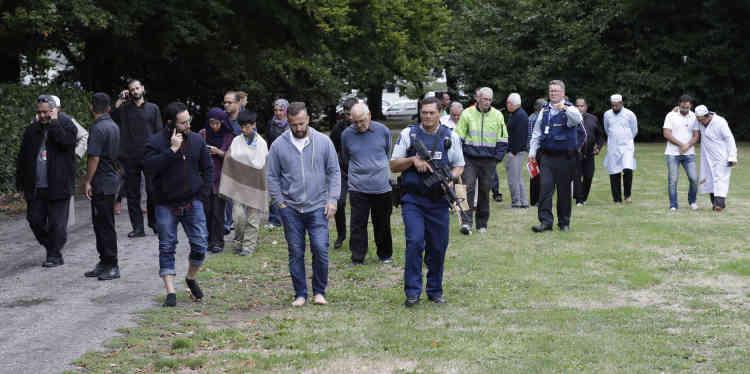 Les policiers escortent les témoins d'une fusillade survenue dans le centre de la ville.