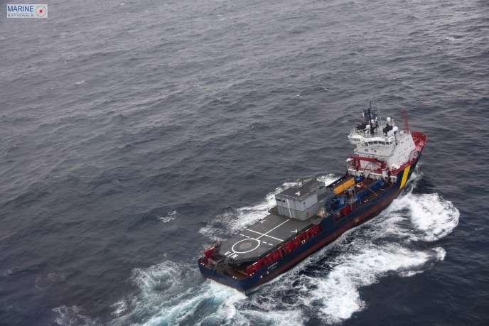 Un navire anti-pollution tente de minimiser les dommages du «Grande America», le 15 mars.