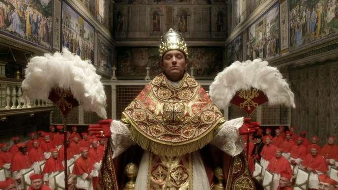 Jude Law incarne le pape Lenny Belardo dans « The Young Pope» (Canal+), de Paolo Sorrentino, avec, en fond sonore, du Arvo Pärt, du John Tavener et du John Adams.