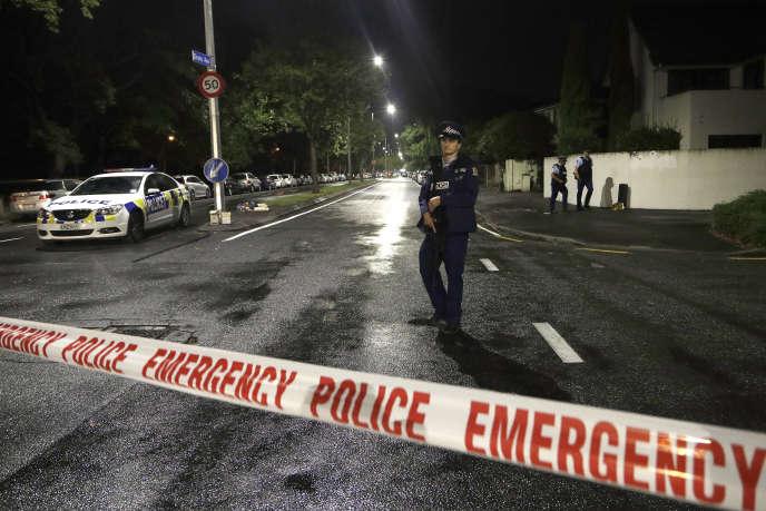 Un policier patrouille près d'un cordon près d'une mosquée du centre de Christchurch, en Nouvelle-Zélande, le vendredi 15 mars.