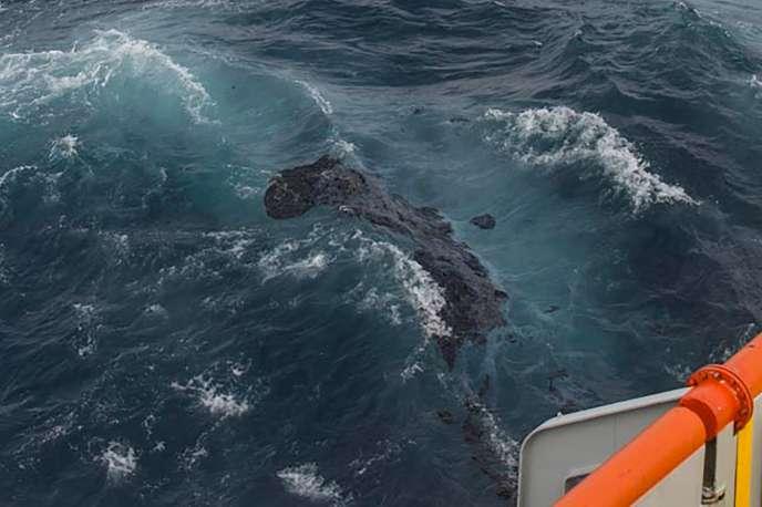 Une nappe de fioul échappée du navire«Grande-America» après son naufrage, à la dérive au large de LaRochelle, le 14 mars