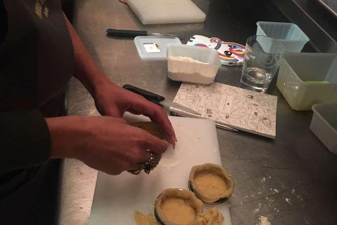 Première étape : foncer la pâte sablée dans des cercles.