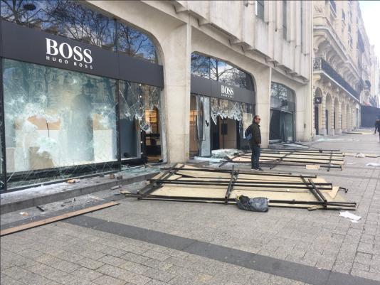 La boutique Hugo Boss, vandalisée.