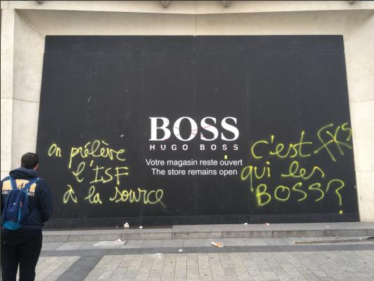 La boutique Hugo Boss des Champs-Elysées, avant d'être vandalisée, samedi 16 mars.