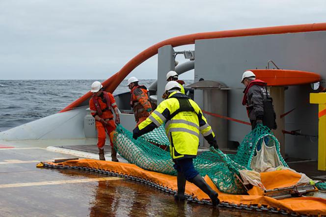Opérations de dépollution après le naufrage du cargo italien «Grande America» dans le golfe de Gascogne, le 12 mars.