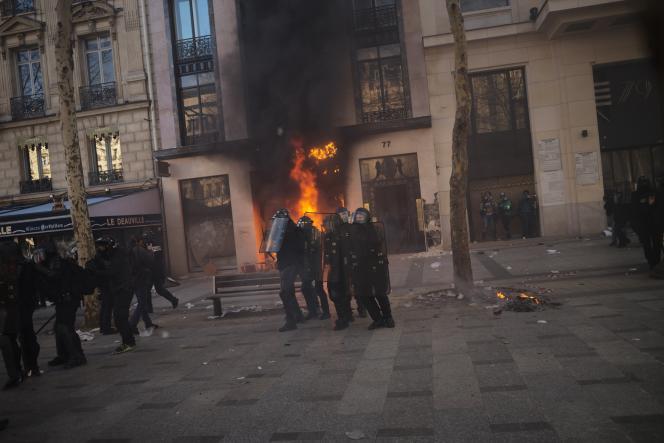 Devant l'incendie du numéro 77 des Champs-Elysées.