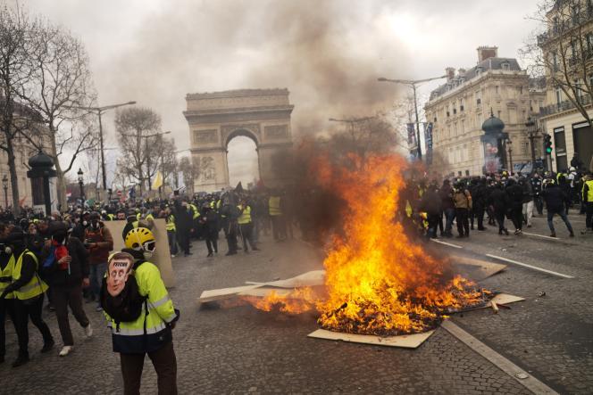Une barricade en flammes sur les Champs-Elysées, samedi 16 mars.