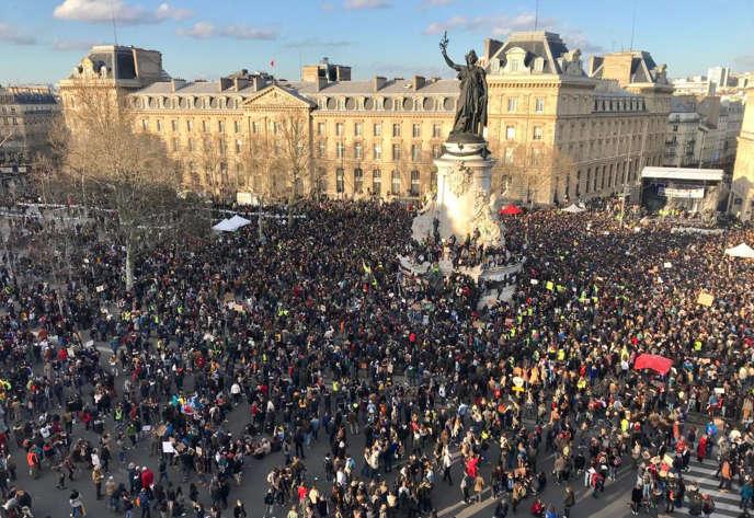 Des dizaines de milliers de manifestants ont convergé place de la République, à Paris, à l'occasion de la « Marche du siècle », samedi 16 mars.