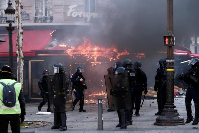 Le Fouquet's a été incendié samedi 16 mars, en marge de l'acte XVIII des« gilets jaunes».