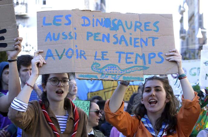 Des participants à la « Marche du siècle » à Marseille.