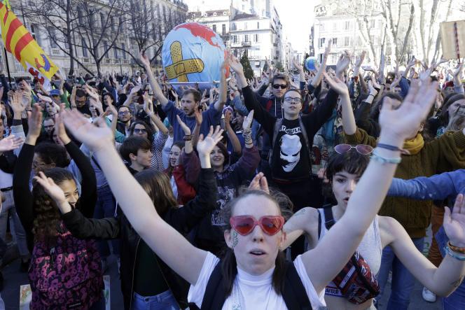 Des participants à la« Marche du siècle» à Marseille.