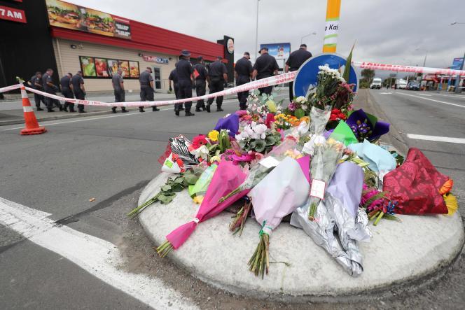 Des habitants ont déposé des fleurs en hommage aux 49 victimes de la mosquée de Christchurch (Nouvelle-Zélande), le 16 mars.