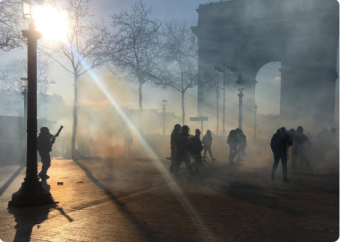 Envoi de grenades lacrymogènes pour disperser les derniers manifestants de la place de l'Etoile, lors de l'acte XVIII des « gilets jaunes», samedi 16 mars en fin de journée.