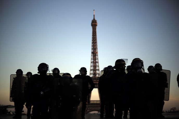 Des CRS positionnés place du Trocadéro, à Paris, le 23 février.