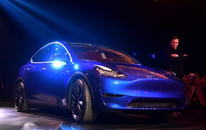 Le patron de Tesla, Elon Musk, présente son nouveau Model Y, à Hawthorne, en Californie, le 14 mars.