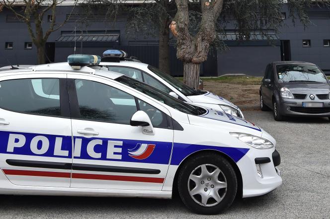 Des voitures de police garées devant un building dans le quartierLes Izards-Trois Cocus, à Toulouse, le 5 décembre 2017.
