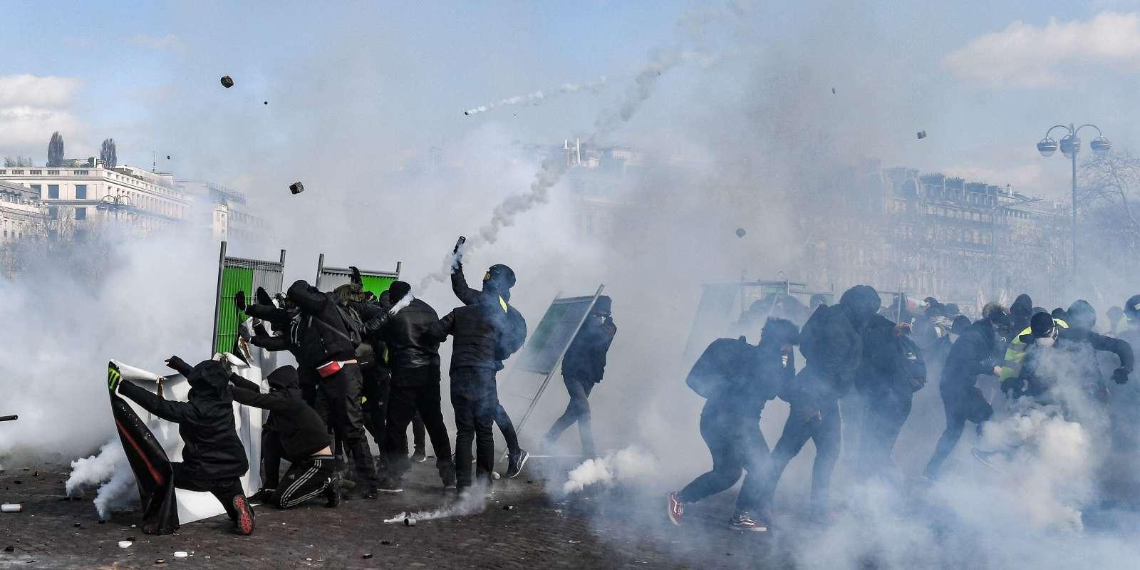 Sur les Champs-Elysées, à Paris, samedi 16 mars.