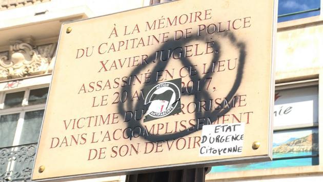 Une capture d'écran extraite d'un reportage télévisé montre la plaque commémorative dédiée au policier Xavier Jugelé, assassiné par un djihadiste le 20 avril 2017 sur l'avenue des Champs-Elysées, le 17 mars 2019 à Paris.