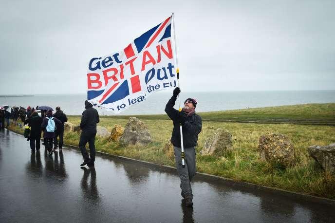 Les partisans du Brexit marchent pendant la première étape de leur mobilisation, àSunderland, le 16 mars.