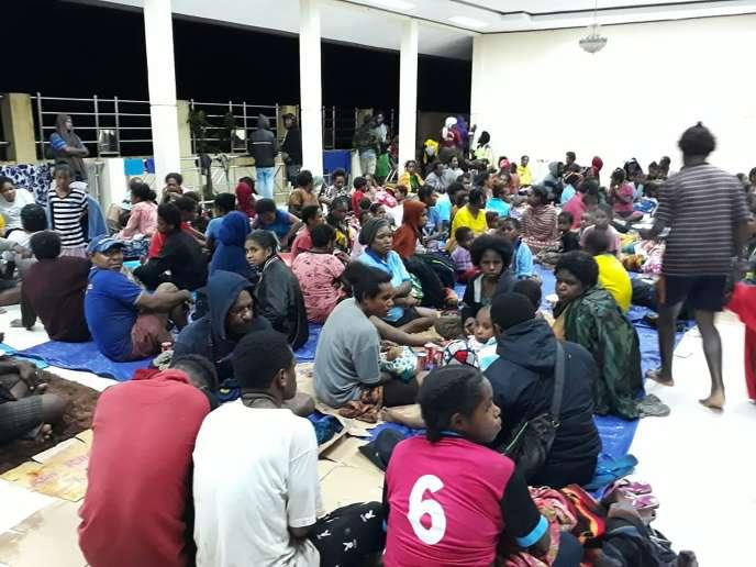 Des habitants ont trouvé refuge dans un abri provisoire, à Sentani, le 17 mars.