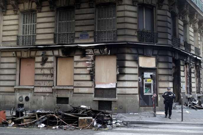 Une agence bancaire incendiée au coin de la rue du Colisée et de l'avenue Franklin-Roosevelt, près des Champs-Elysées, le 17mars.