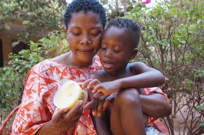 La pommade Maïa au beurre de karité allie l'hydratation et la protection durant au moins cinq heures contre les piqûres d'anophèle, vecteur du paludisme.
