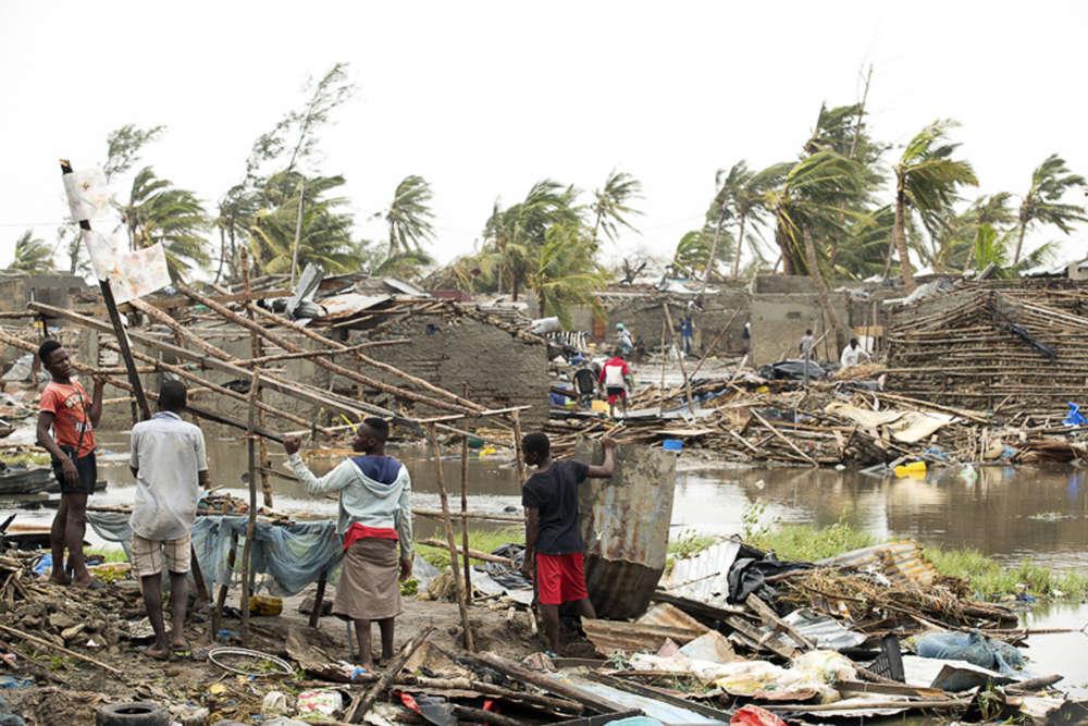 Sur cette photo prise le 15 mars et diffusée par le Comité international de la Croix-Rouge, des habitants de Beira tentent de récupérer ce qu'ils peuvent de leurs maisons délabrées par le cyclone.