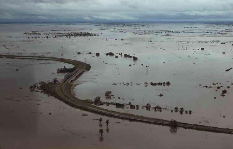 Ancien fleuron de la colonie portugaise, la ville portuaire de Beira a été touchée de plein fouet : l'œil du cyclone, accompagné de vents à près de 190 km/h, n'est passé qu'à quelques kilomètres du centre-ville.