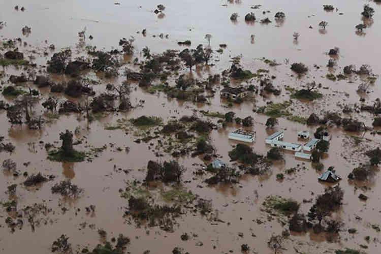 « Certains barrages ont cédé, d'autres sont prêts à déborder », explique Emma Beaty, la coordinatrice de l'aide humanitaire pour les ONG.