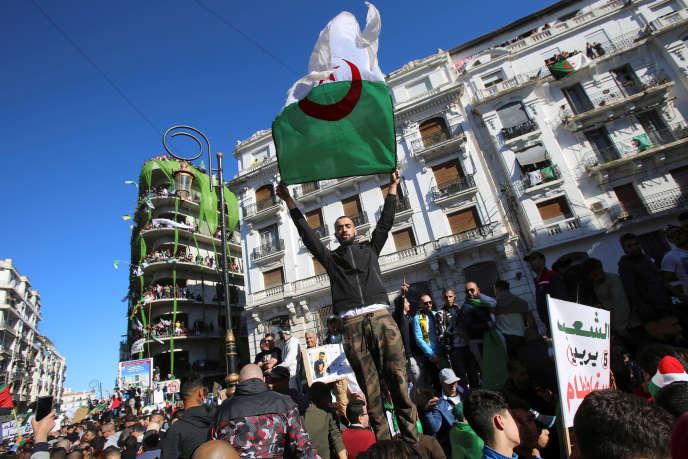 Lors d'une manifestation demandant le départ d'Abdelaziz Bouteflika, à Alger, le 15 mars.