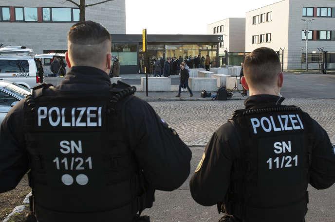 Devant l'entrée du tribunal de Dresde, le 18 mars.
