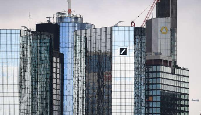 Les sièges de Deutsche Bank (à gauche) et Commerzbank (à l'arrière-plan), à Francfort-sur-le-Main (ouest de l'Allemagne), le 17 mars.