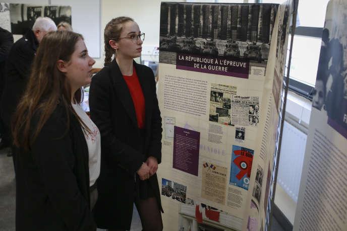 Les étudiants du lycée Louis-Bascanà Rambouillet (Yvelines) découvrent l'exposition sur la guerre d'Algérie, le 19 février.