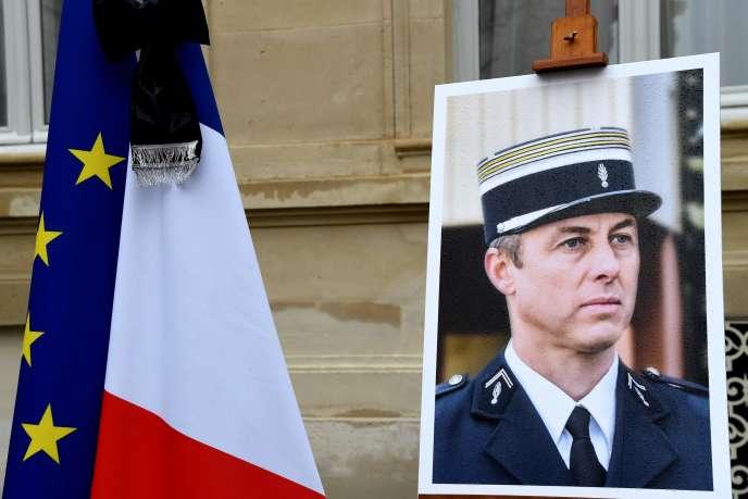 Le portrait du lieutenant-colonel Arnaud Beltrame lors d'une minute de silence, le 28mars 2018.