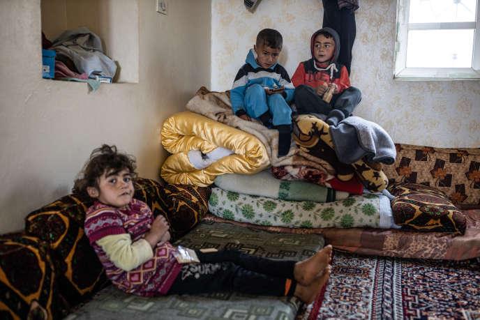Maison de Mahmoud, père de famille de yézidis syrien qui accueille d'autresyézidis, parmi lesquels des femmes et des enfants, sortis de l'EI, le temps qu'ils se rétablissent avant d'être ramenés au Sinjar (Kurdistan irakien). Province d'Hassaké, Syrie, le 5 mars 2019.