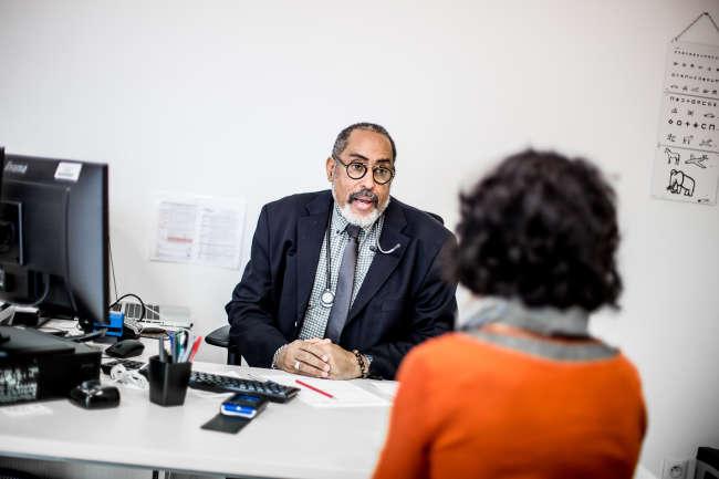 Le docteur Charles Dorsinville avec une patiente, au centre départemental de santé, le 15 mars 2019 à Sagy, en Saône-et-Loire.