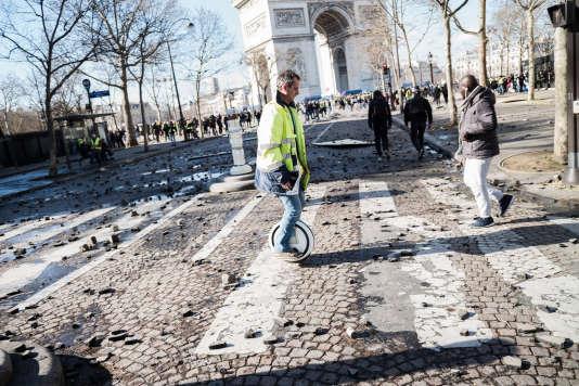 Des pierres, pavés et munitions jonchent encore le sol sur l'avenuedes Champs-Elysées après les heurts entre certains manifestants et les forces de l'ordre, lors de cet acte XVIII des«gilets jaunes», le 16mars.