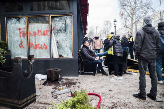 Le restaurant Le Fouquet's, saccagé et mis à feu, samedi 16 mars.