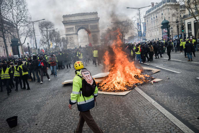 Un feu de plaques de bois a été allumé au milieu de l'avenue des Champs-Elysées, à Paris, le 16 mars, lors de l'acte XVIII des« gilets jaunes».