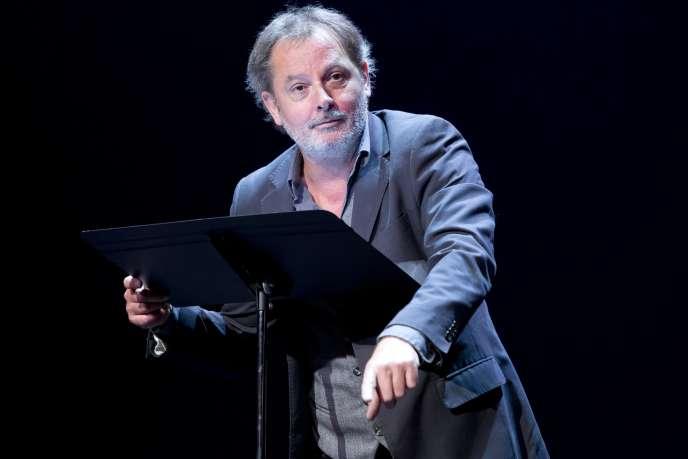 Christophe Alévêque sur la scène du Théâtre du Rond-Point à Paris.